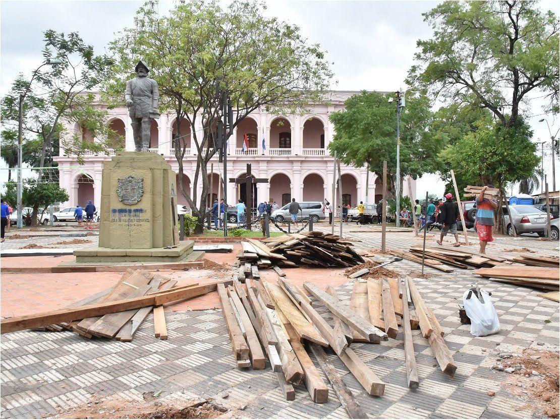 Algunos damnificados abandonan plazas Juan de Salazar y De Armas