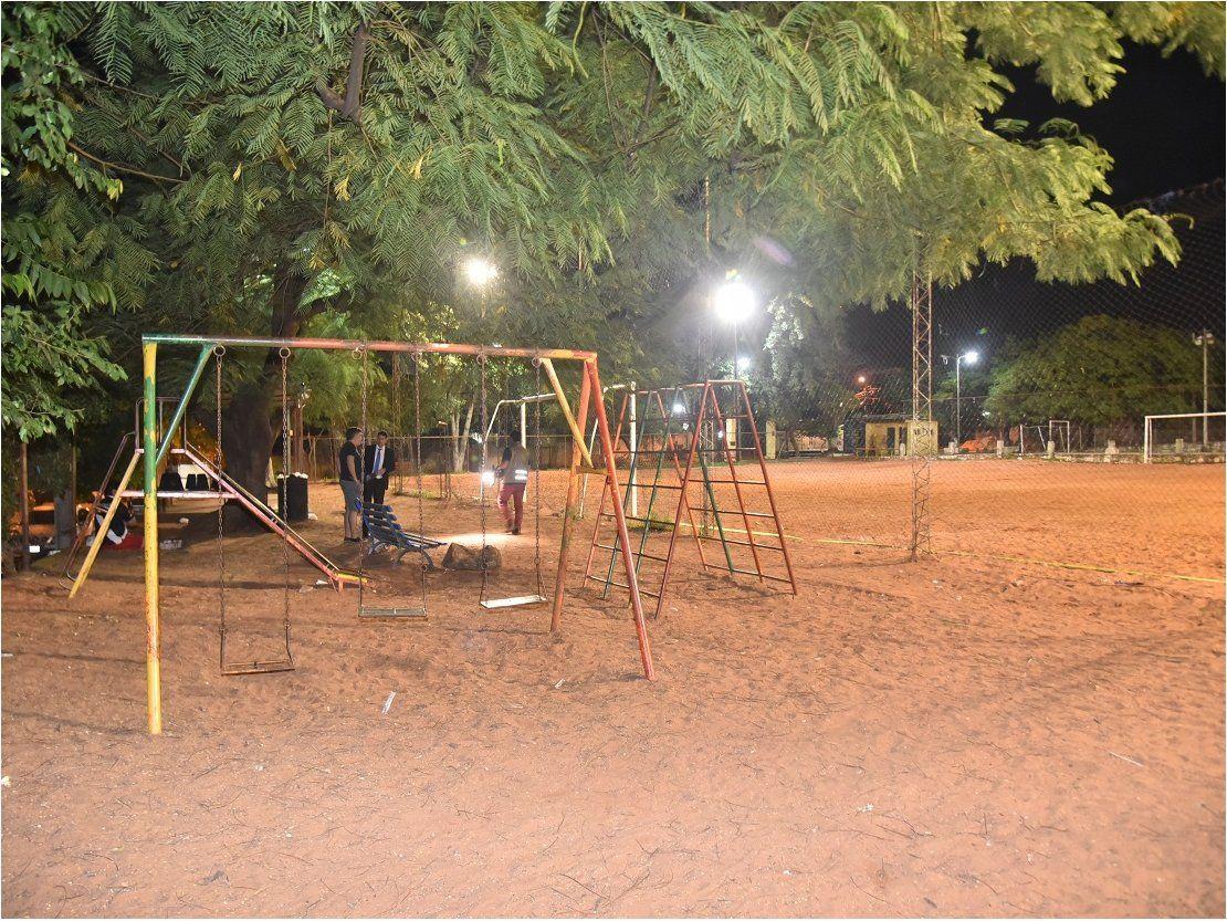 En Barrio Obrero custodian plaza para evitar ingreso de damnificados