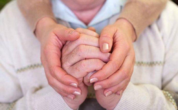 <p>Se recomienda que el paciente con p&aacute;rkinson y su familia reciban una asistencia terap&eacute;utica que los ayude a superar la situaci&oacute;n.</p>