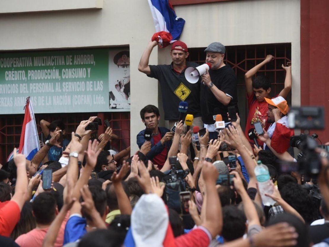 Payo Cubas es aclamado por manifestantes tras ser suspendido