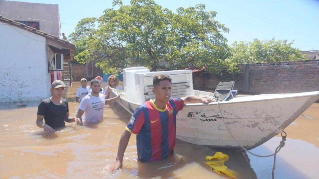 Crecida del río Paraguay arrasa con viviendas en el barrio Sajonia