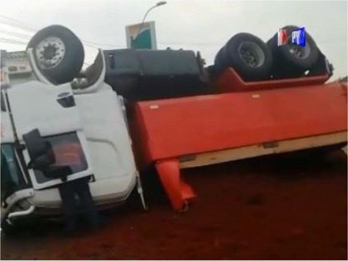 Camión vuelca en ruta 2 y causa caos vehicular en hora pico