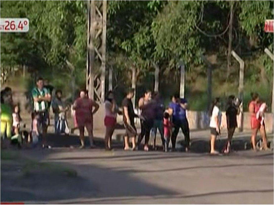 Damnificados cierran la avenida Artigas en reclamo de asistencia