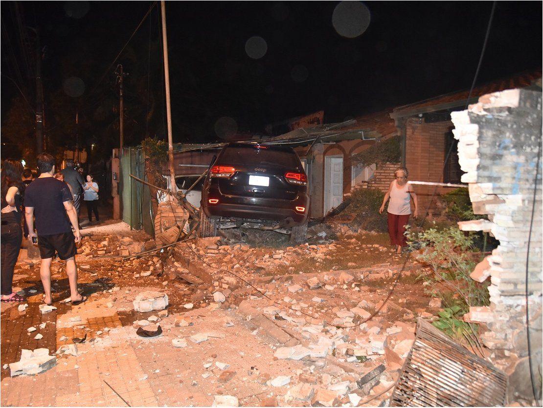 Conductor pierde el control de su camioneta  y choca contra la muralla de dos casas
