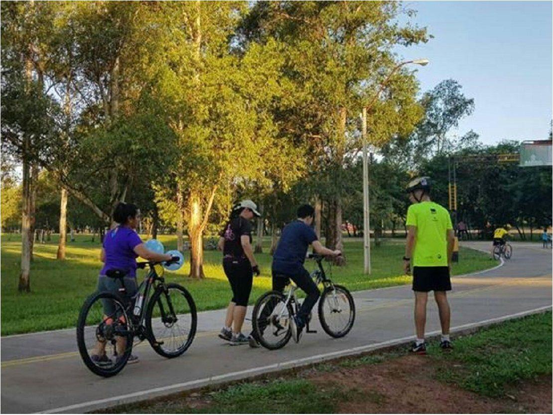 Ciclistas enseñan a andar en bicicleta gratis en Ñu Guasu
