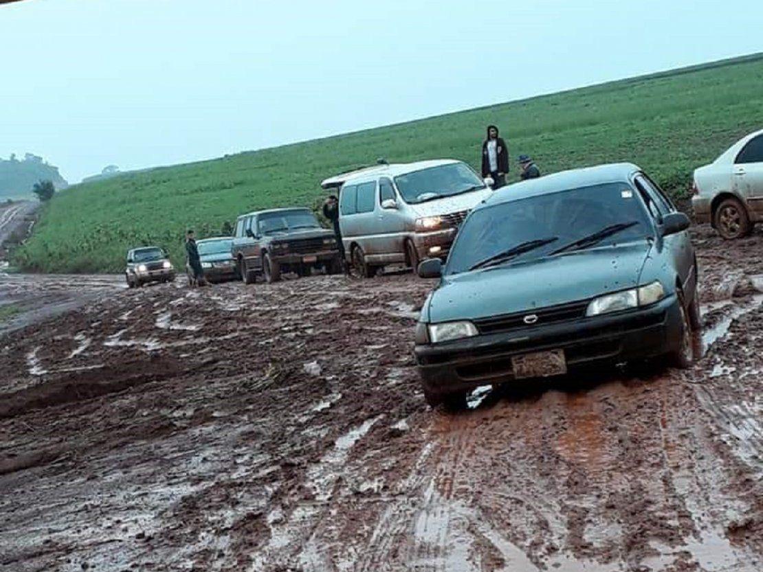 Vehículos quedan varados en camino de barro en Itapúa