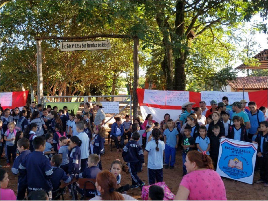 Manifestación de escuelas en Brítez Cué por falta de rubros
