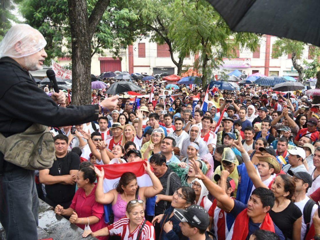 Payo Cubas es aclamado por manifestantes que exigen el desbloqueo