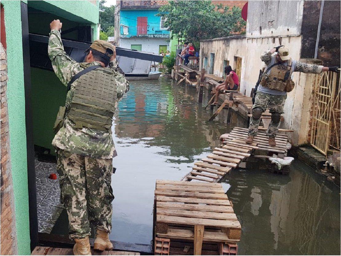 Detienen a un hombre con cocaína y arma de fuego en zona inundada