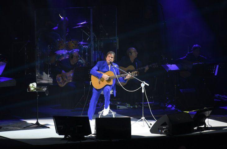 El cantante también ejecutó la guitarra para interpretar algunas canciones.