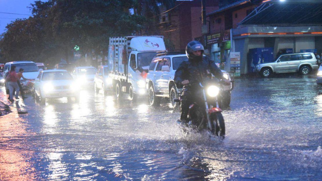 Destrozos y vehículos bajo agua dejó a su paso el temporal