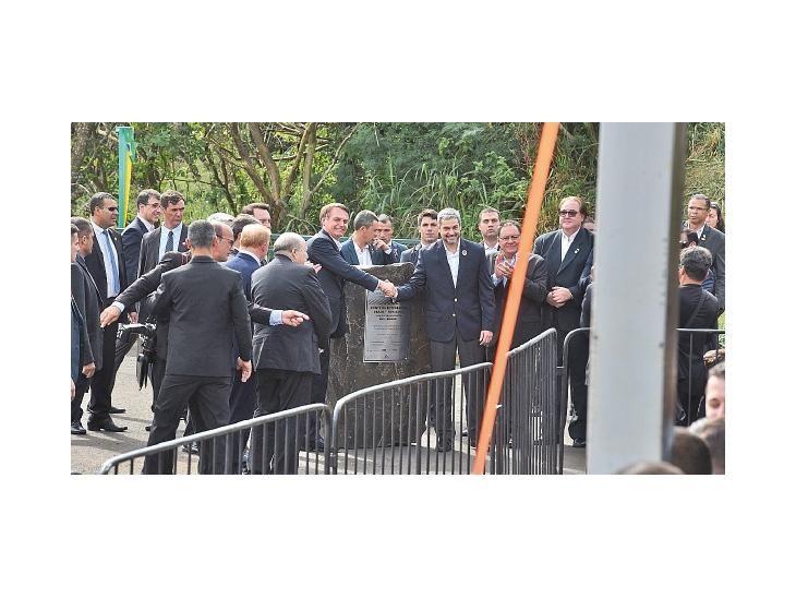 Integración. Los mandatarios Jair Bolsonaro y Mario Abdo se saludan ante inicio de obra.