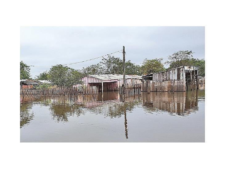 Bajo agua.  Casas están anegadas y familias viven en carpas.