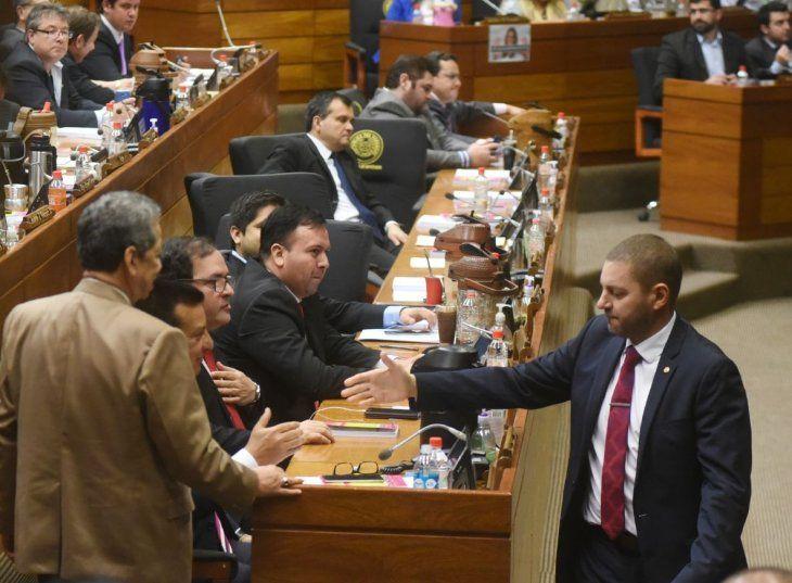Electo. Pedro Alliana (d) saluda a sus correligionarios tras ser designado presidente.