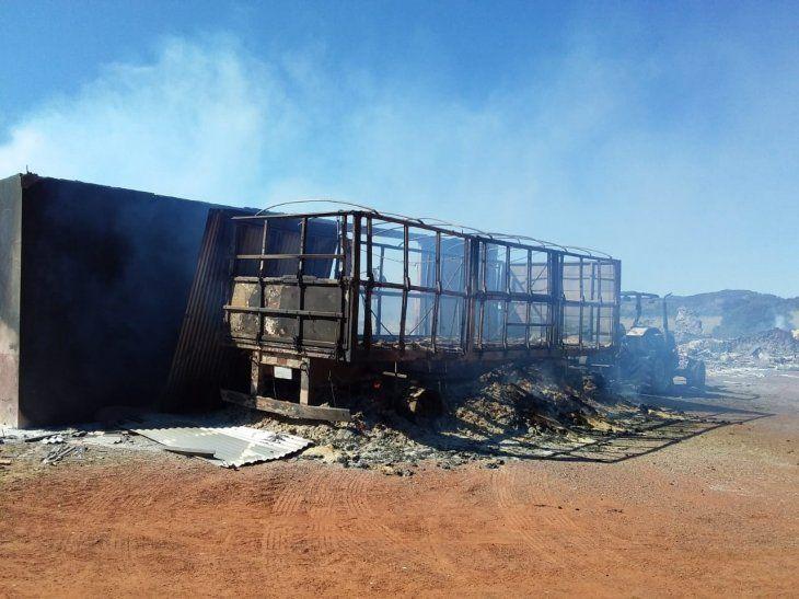 Así quedó uno de los camiones incinerados por los desconocidos.