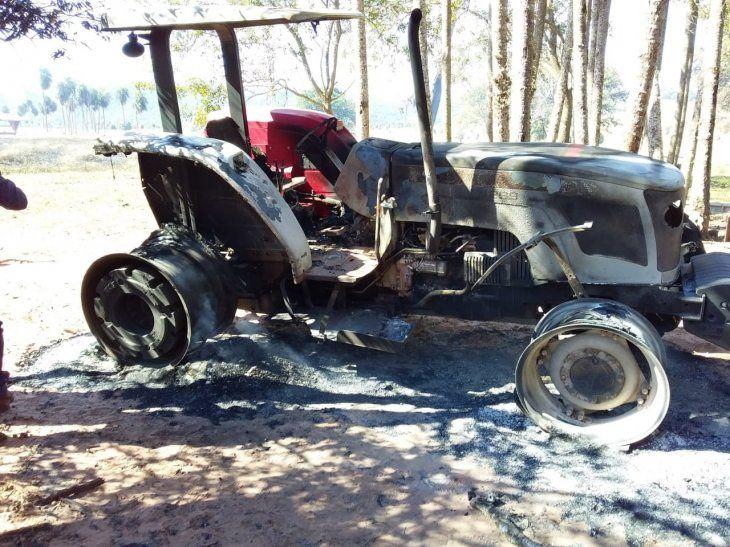 <p>Además de quemar los tractores, los delincuentes se llevaron objetos y víveres.</p>