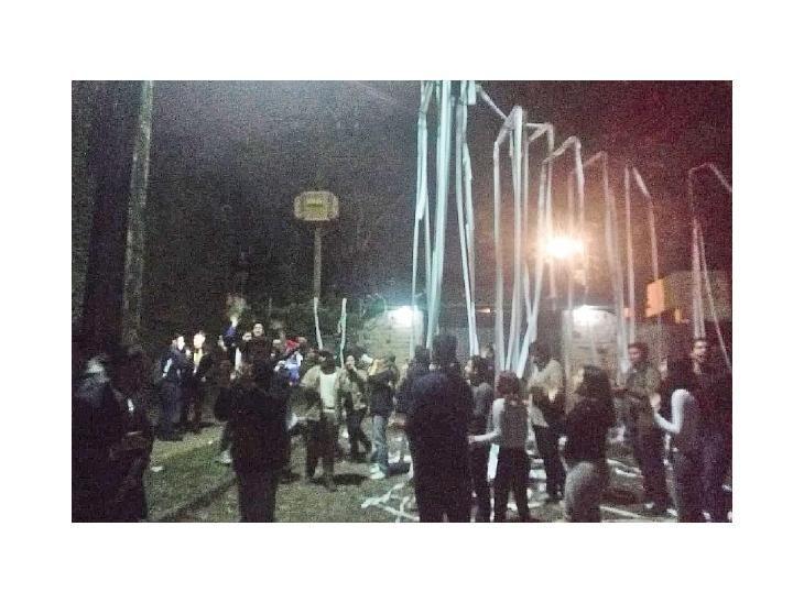Visita. Los manifestantes llegaron anoche al domicilio particular de Marito.