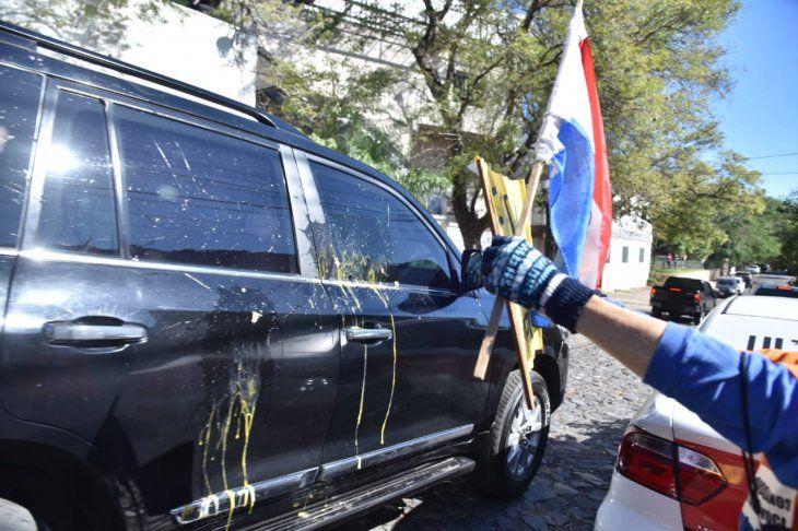 Los escrachadores lanzaron huevos a la camioneta del vicepresidente Hugo Velázquez.
