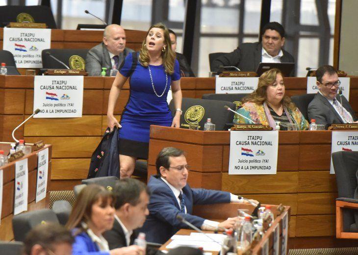 Momento en que Kattya González desafía a su colega Esteban Samaniego.