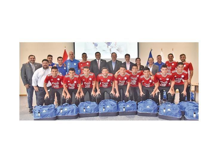 Plantel. Los integrantes de la selección paraguaya tras la entrega de las indumentarias.