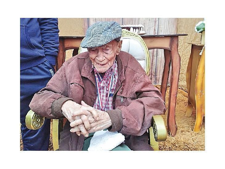 Emocionado. Lorenzo Achar Valenzuela cumplió 109 años.