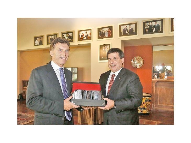 Amistad. Mauricio Macri habría influido en la postura de Horacio Cartes sobre el juicio.