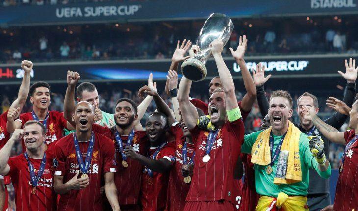 Merecidos. Los jugadores del Liverpool festejan el título de la Supercopa de Europa.
