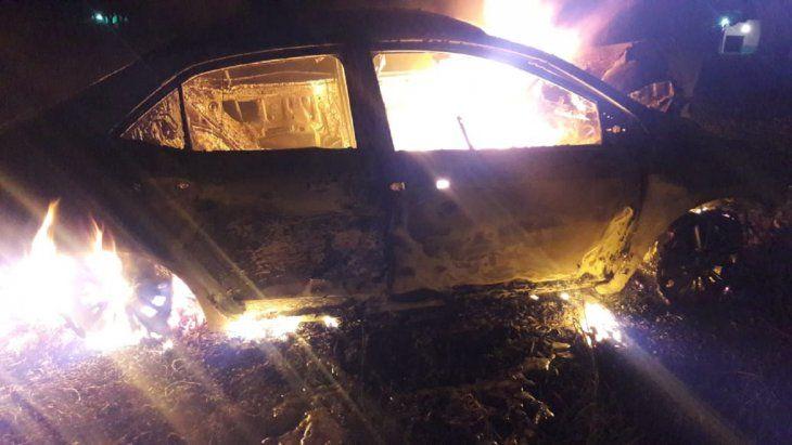 Así ardió en llamas el vehículo tras chocar contra un árbol en la madrugada de este jueves en la ciudad de Horqueta.