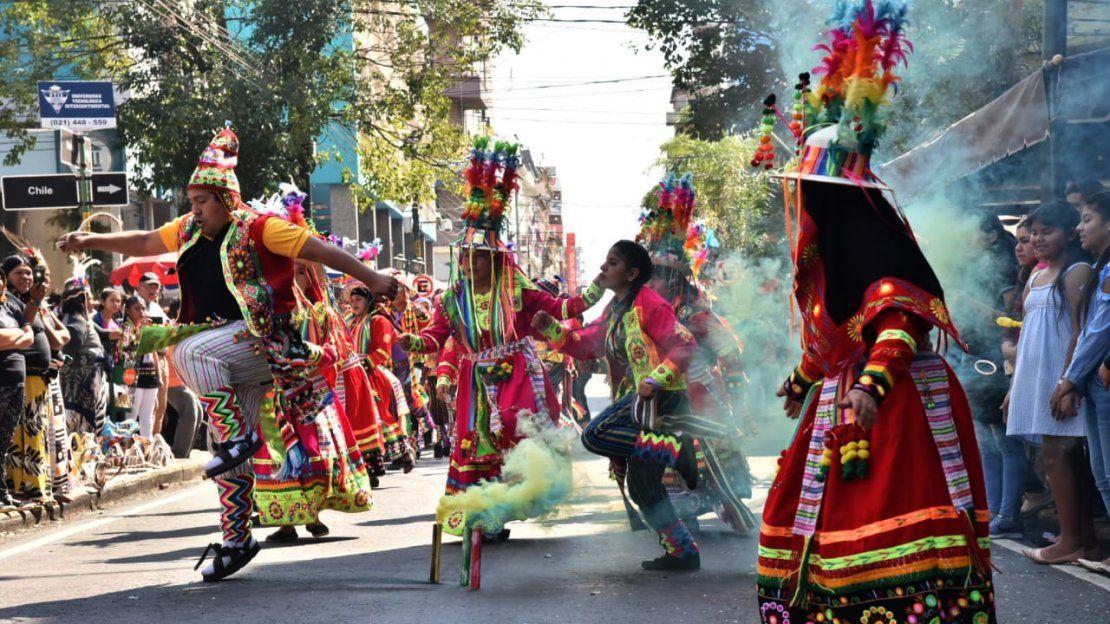 Colorida fiesta de la comunidad boliviana sobre la calle Palma