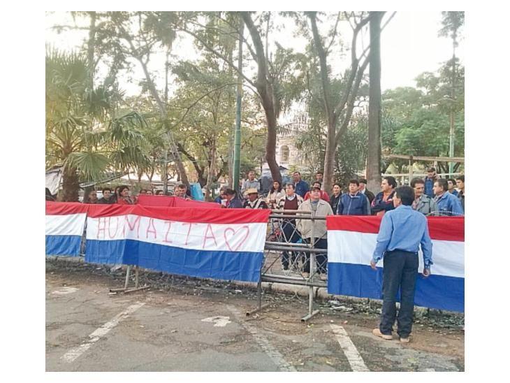 Indignados. Algunos manifestantes de Humaitá se acercaron hasta el recinto.