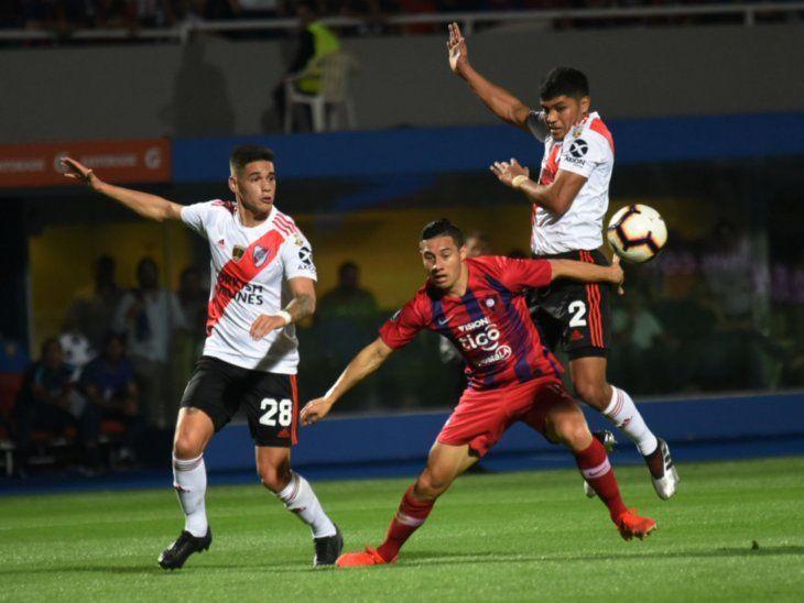 Rodeado. Óscar Ruiz (c) intenta zafar de la marca de Robert Rojas (2) y Martínez (28).