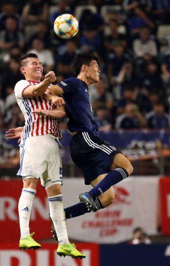 Arriba. Braian Samudio disputa en el aira con Takehiro Tomiyasu.