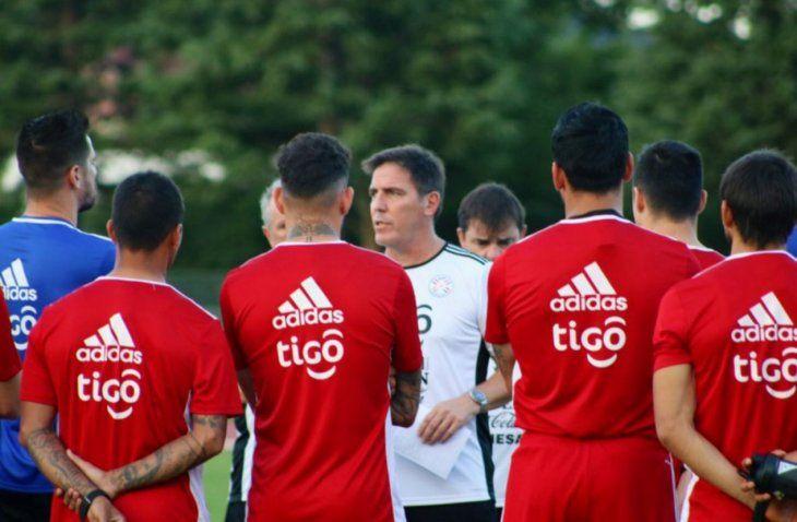 Muy atentos. El entrenador Eduardo Berizzo conversa con los jugadores albirrojos.