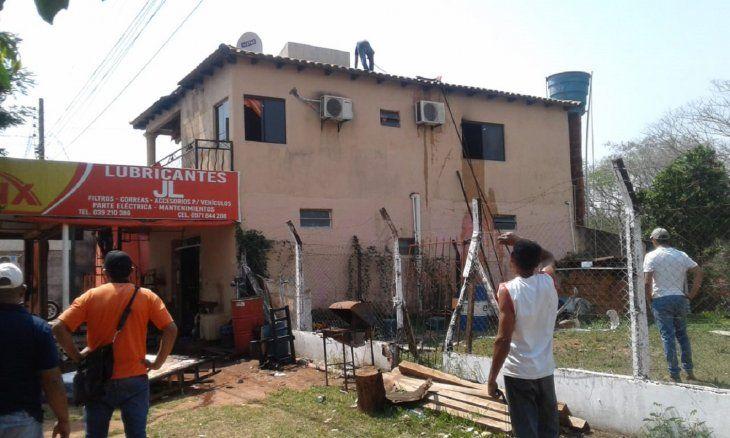 El fuego fue sofocado rápidamente con la ayuda de un oficial que pasaba por el lugar.