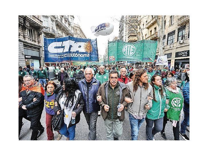 Paro. Funcionarios públicos se declararon ayer en huelga.