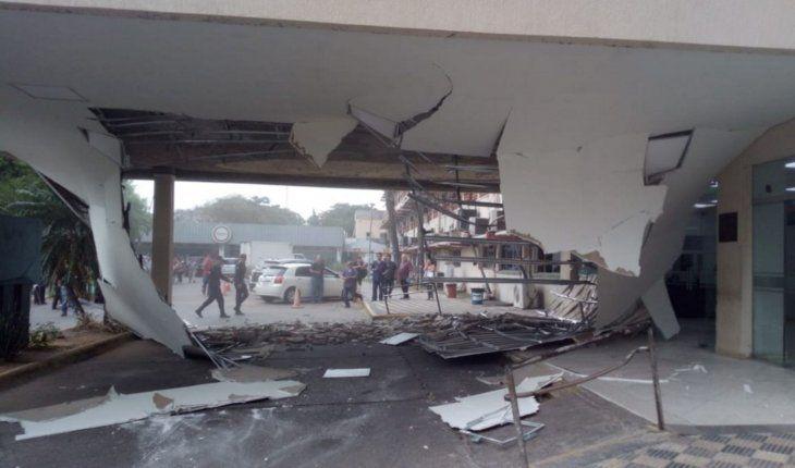 Susto. El derrumbe  del techo interior dejó materiales esparcidos en toda la entrada.