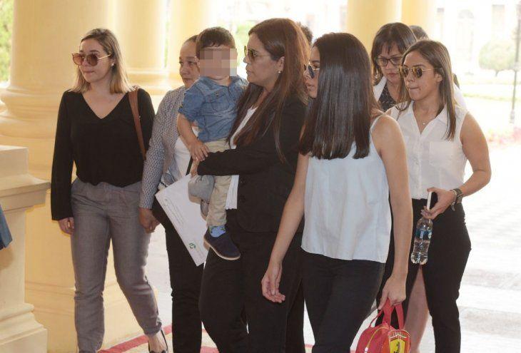 Llegada. La familia del comisario Ferrari ingresa en Palacio  para hablar con el presidente.