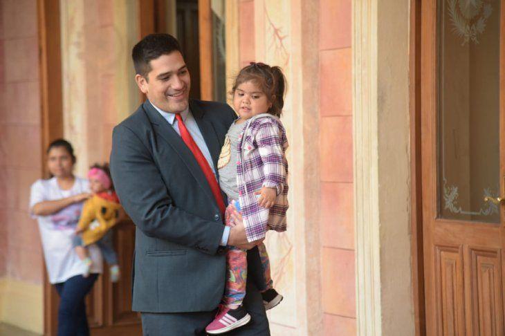 Visita. La familia de Luanita estuvo acompañada por el secretario de Mario Abdo.