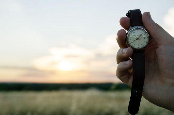 Desde esta medianoche se debe atrasar 60 minutos el reloj.