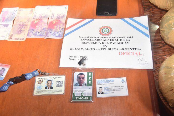 El hombre presentó varias documentaciones diplomáticas.