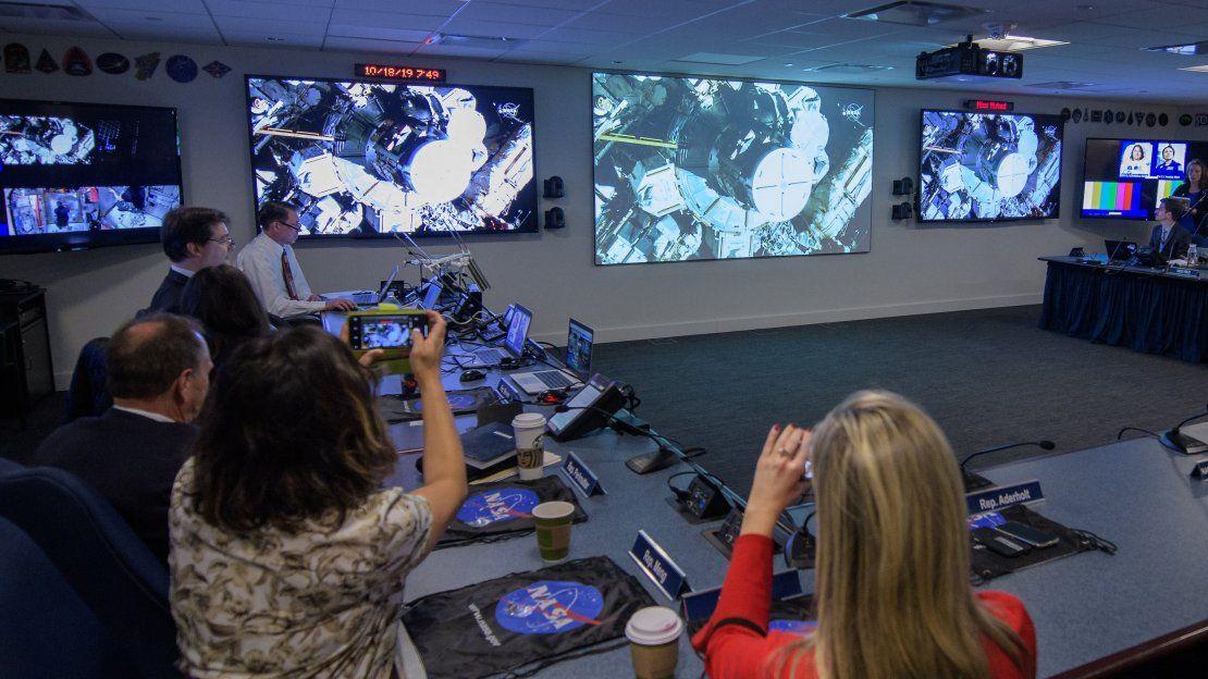 El primer paseo espacial realizado solo por mujeres