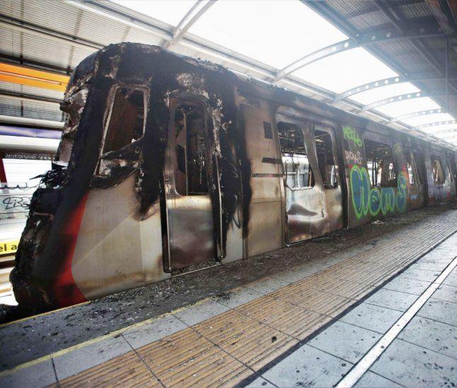 Metro. Manifestantes violentos inutilizaron la red incendiando varias unidades.