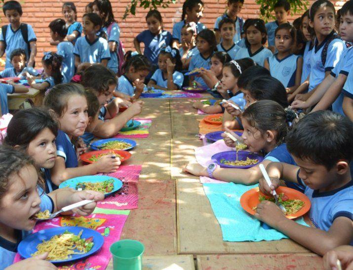 Última ración. Los alumnos recibieron ayer el último almuerzo escolar del año.