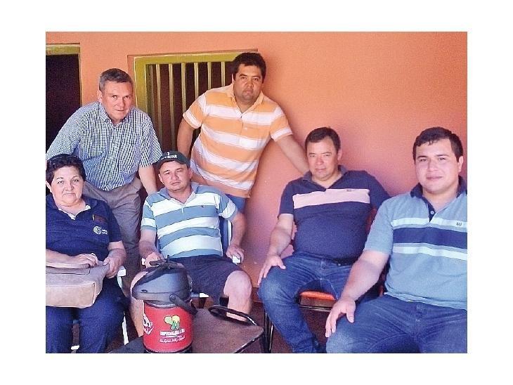 De franco. Alejandro Arce (de camisa) y sus compañeros.