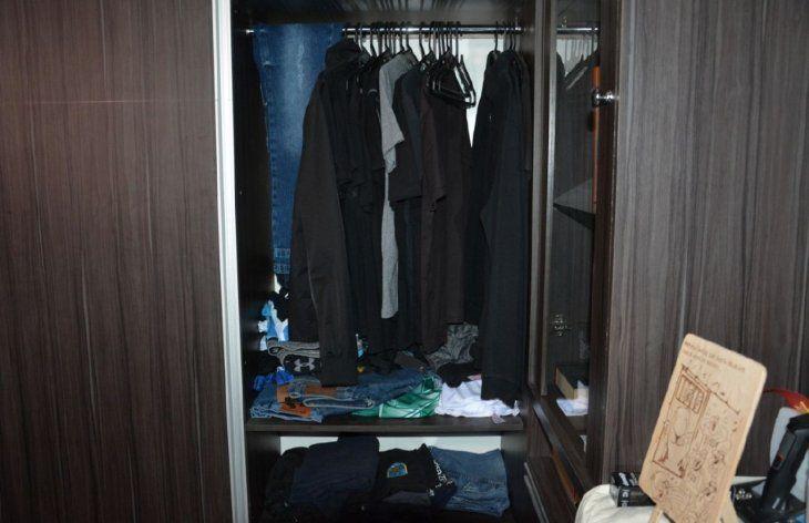 Guardarropa. Las ropas guardadas en el placard