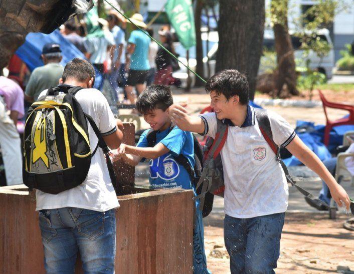 ¡Qué calor! Un poco de agua no viene mal a estos  alumnos.