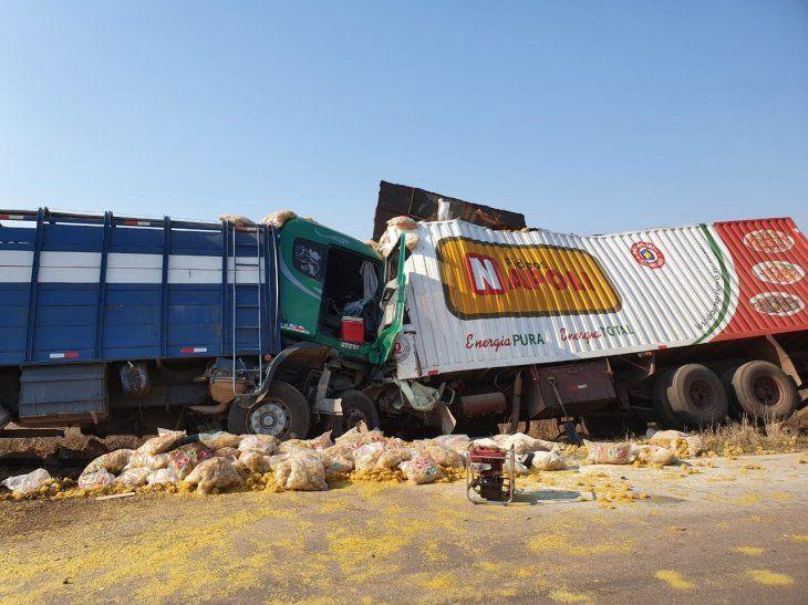 El camión Scania se salió de su carril e impactó de frente a la Mercedes.
