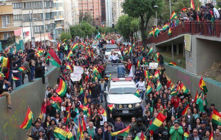Celebración. Miles de bolivianos coparon las calles de la capital La Paz para festejar la renuncia del presidente  Morales.