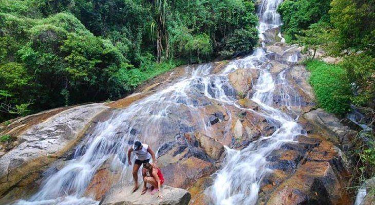 Turista muere al caer por una cascada en Tailandia