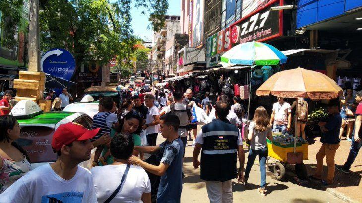 <p>Una gran cantidad de personas participan nuevamente en el tercer día del Black Friday en Ciudad del Este.</p>